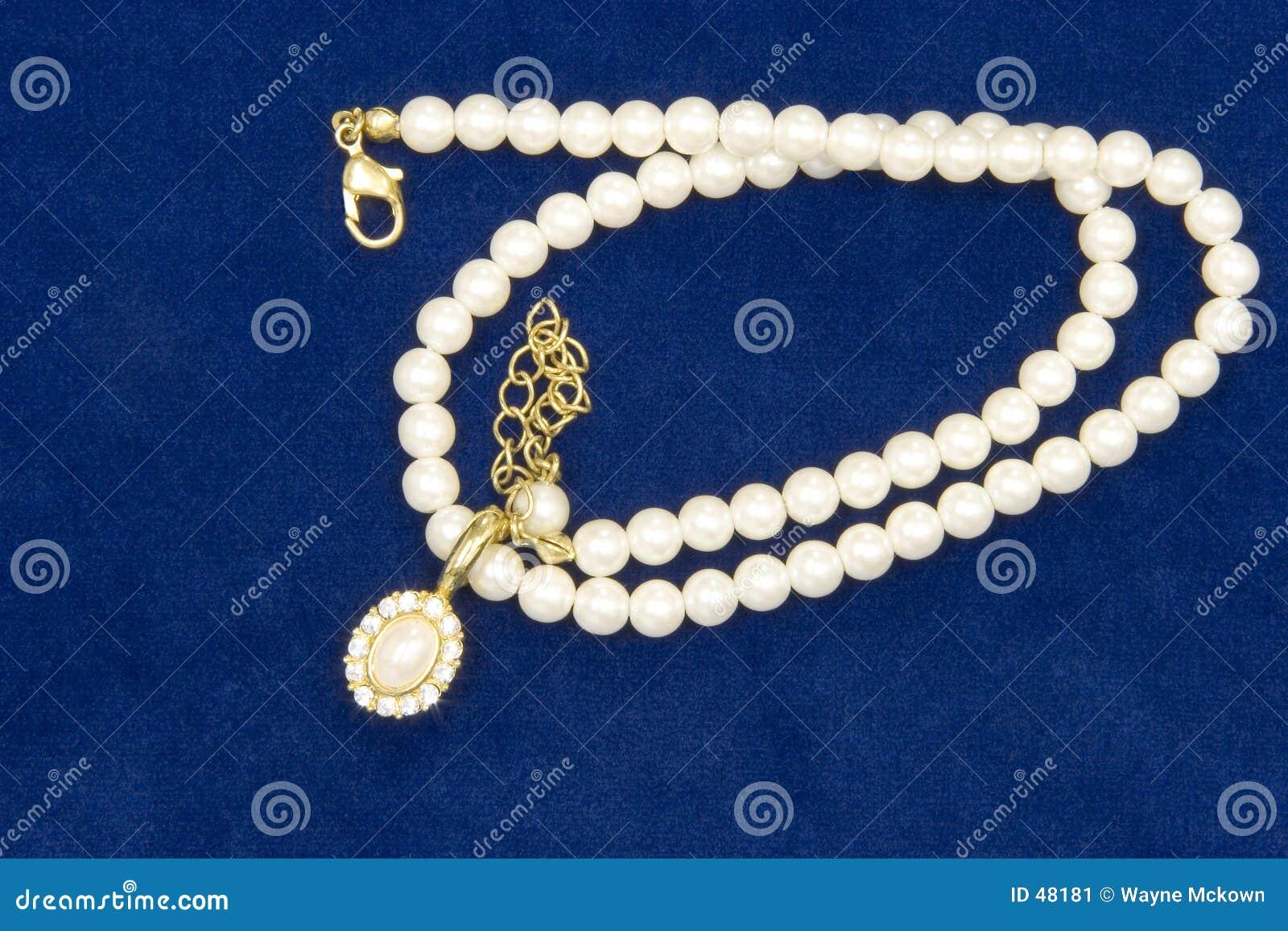Perlas y diamantes en el terciopelo
