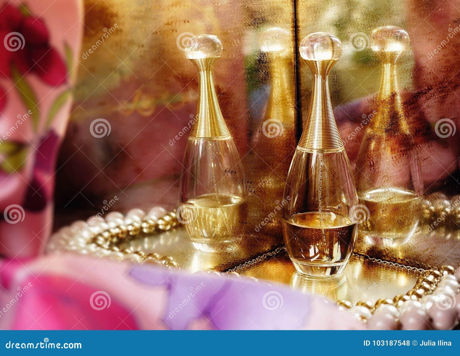 5584ef3ce1 Plan rapproché de luxe de couleur de rose de perle d'or de vieux bijoux de  miroir de Dior