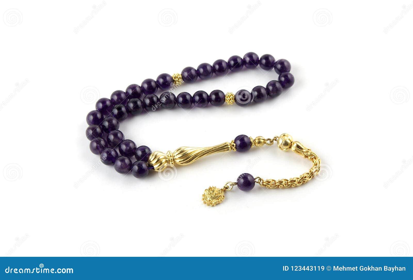 Perle di preghiera ametiste con la nappa dell oro isolata su bianco