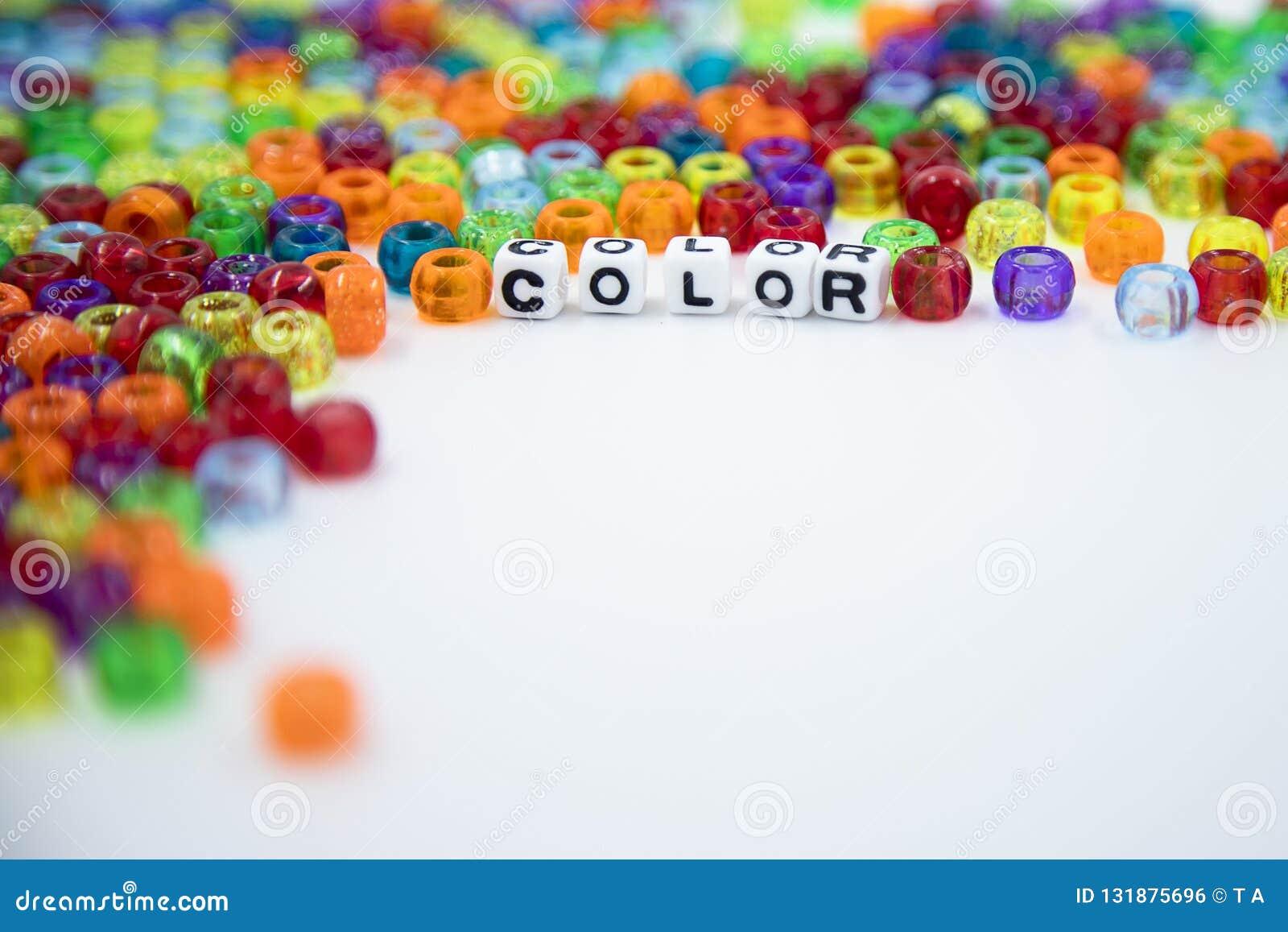 Perles colorées d isolement sur le fond blanc