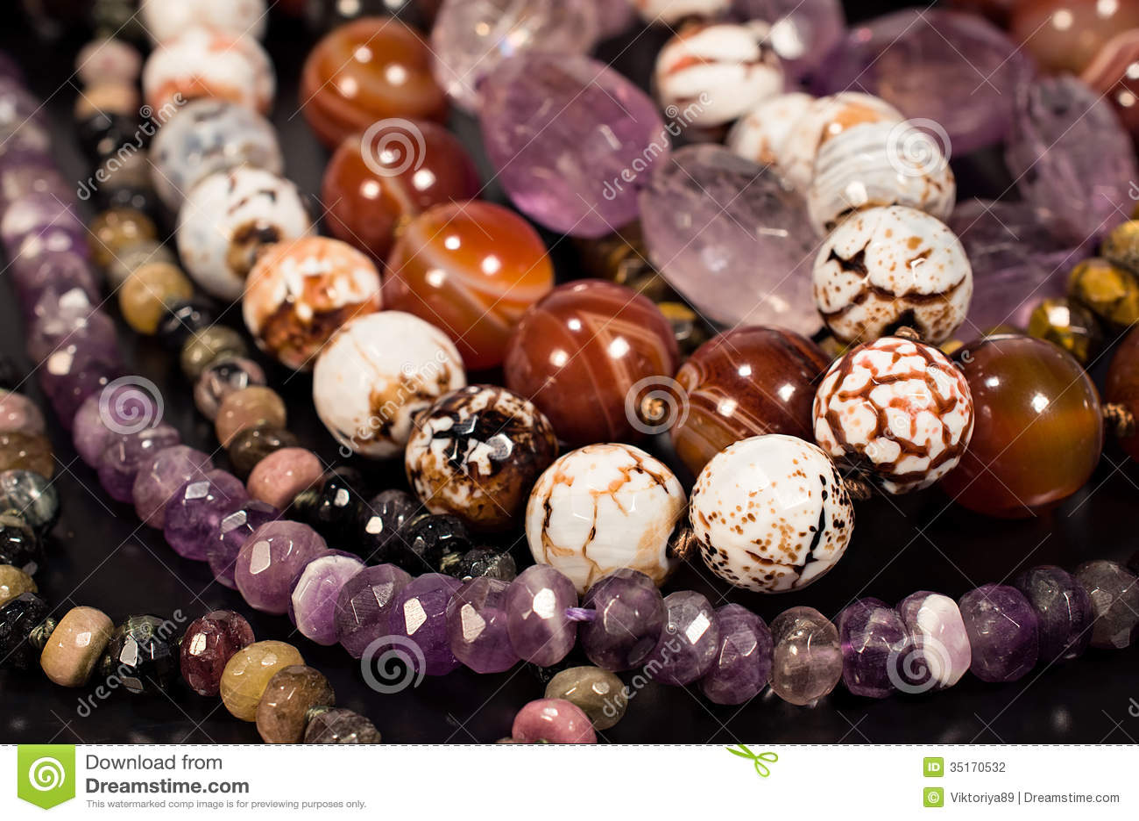 perles de diff rentes pierres en gros plan. Black Bedroom Furniture Sets. Home Design Ideas