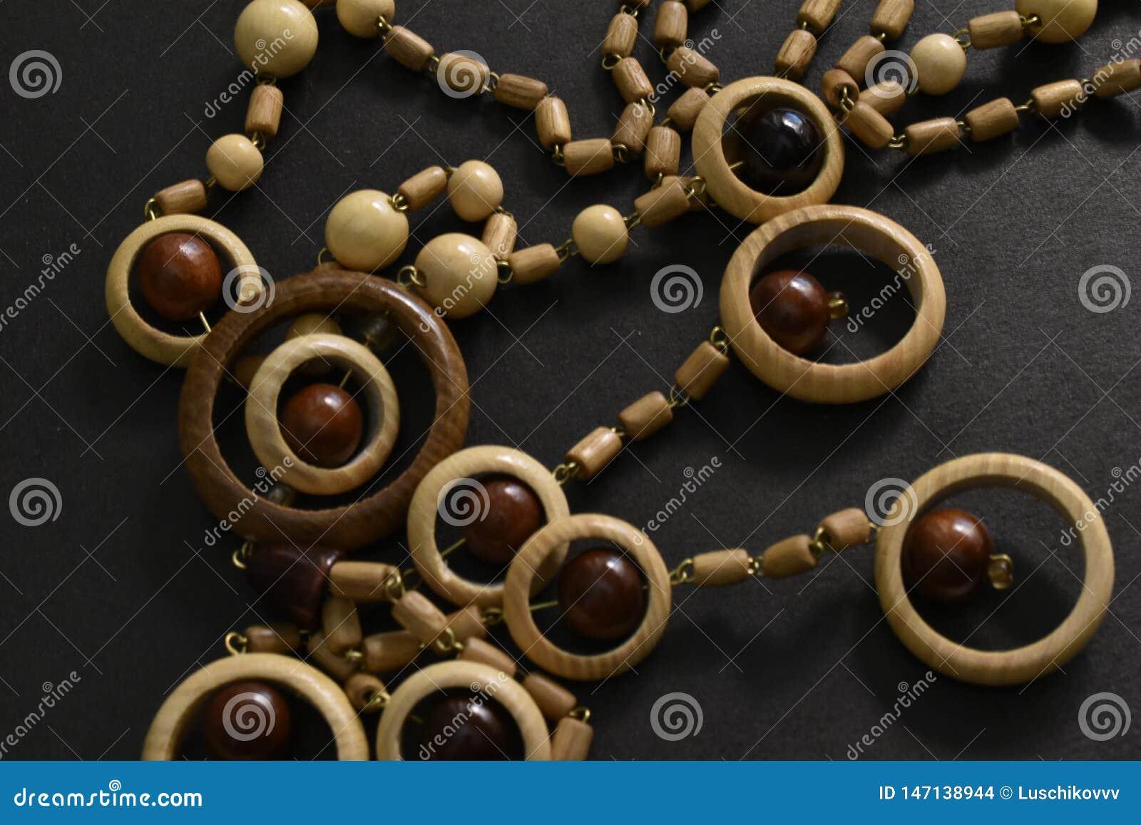 Perles en bois sur le fond noir