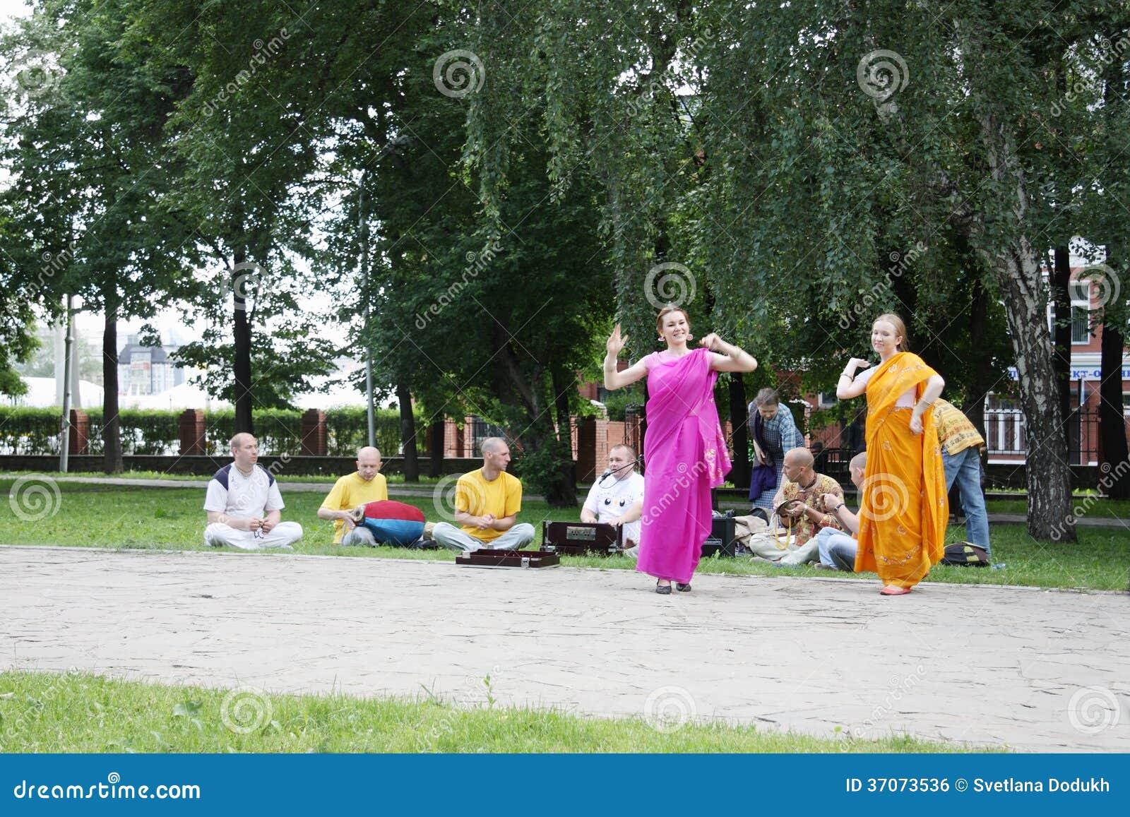 PERM, ΡΩΣΊΑ - 10 ΙΟΥΝΊΟΥ 2012: Οι προσκυνητές Krishna χορεύουν στο τετράγωνο