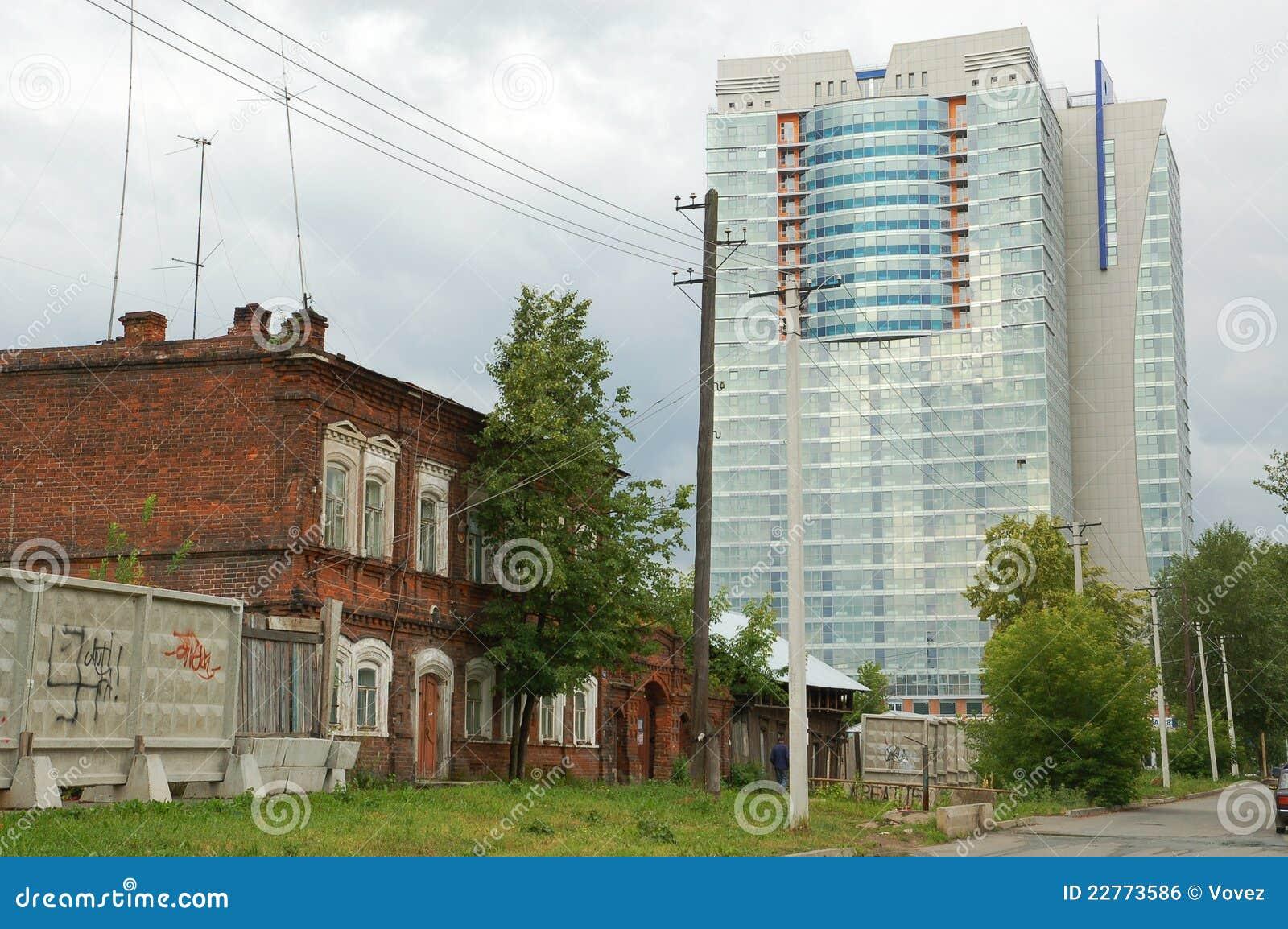 Perm, das alte Haus und Wolkenkratzer