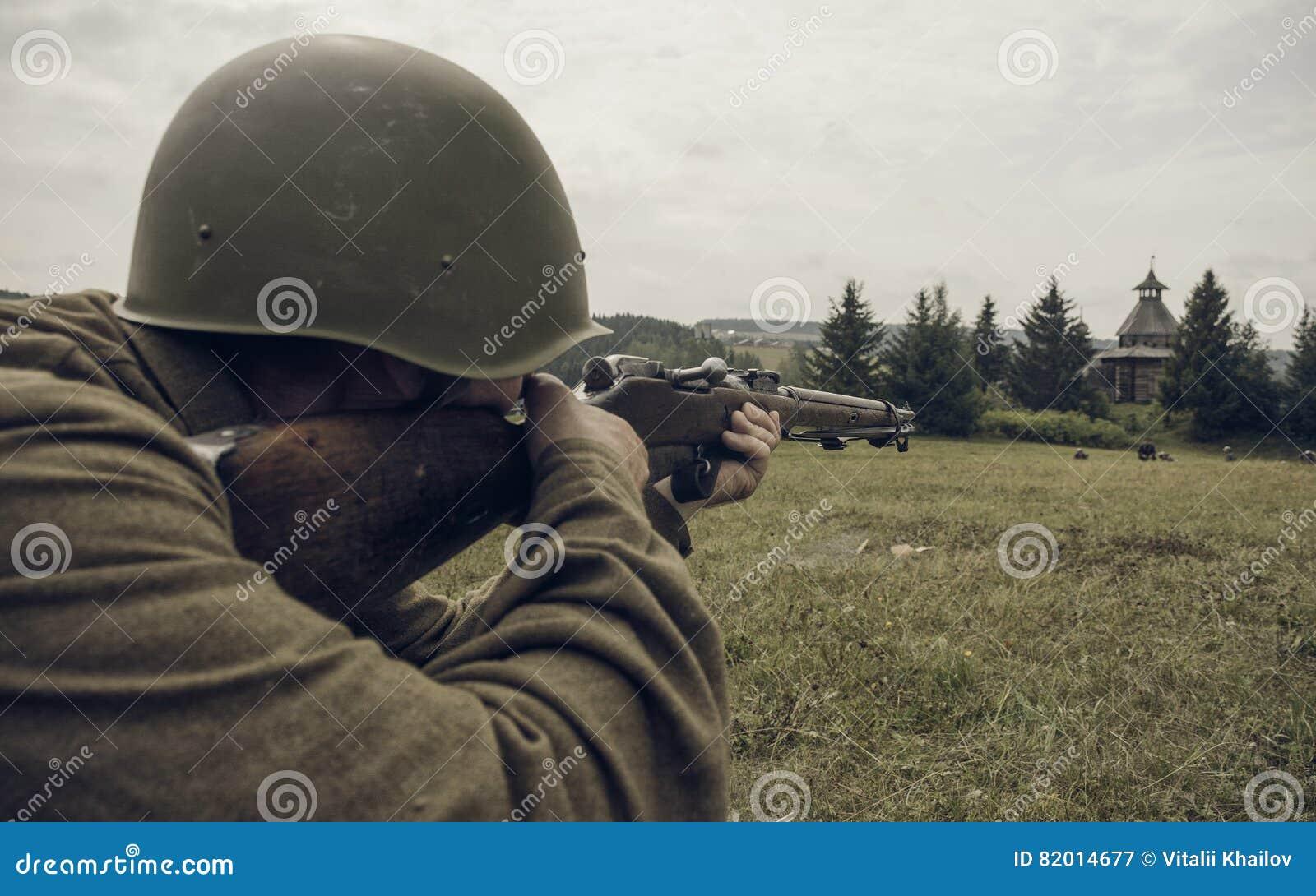 PERM, RUSSIE - 30 JUILLET 2016 : Reconstitution historique de la deuxième guerre mondiale, été, 1942 Soldat soviétique visant un