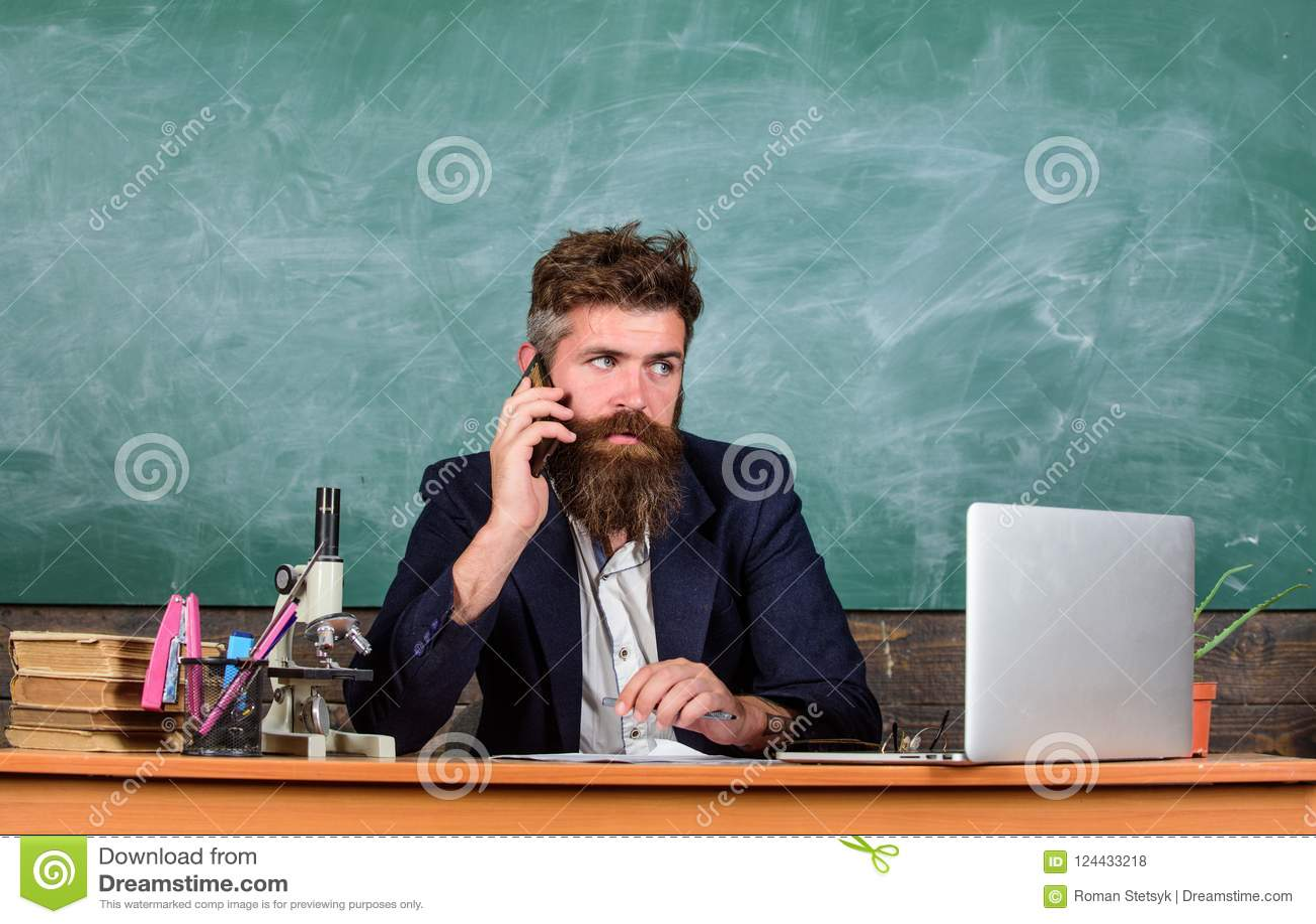 Permaneça em contacto Telefone celular da chamada do professor quando sente o fundo do quadro da sala de aula Conversa farpada do