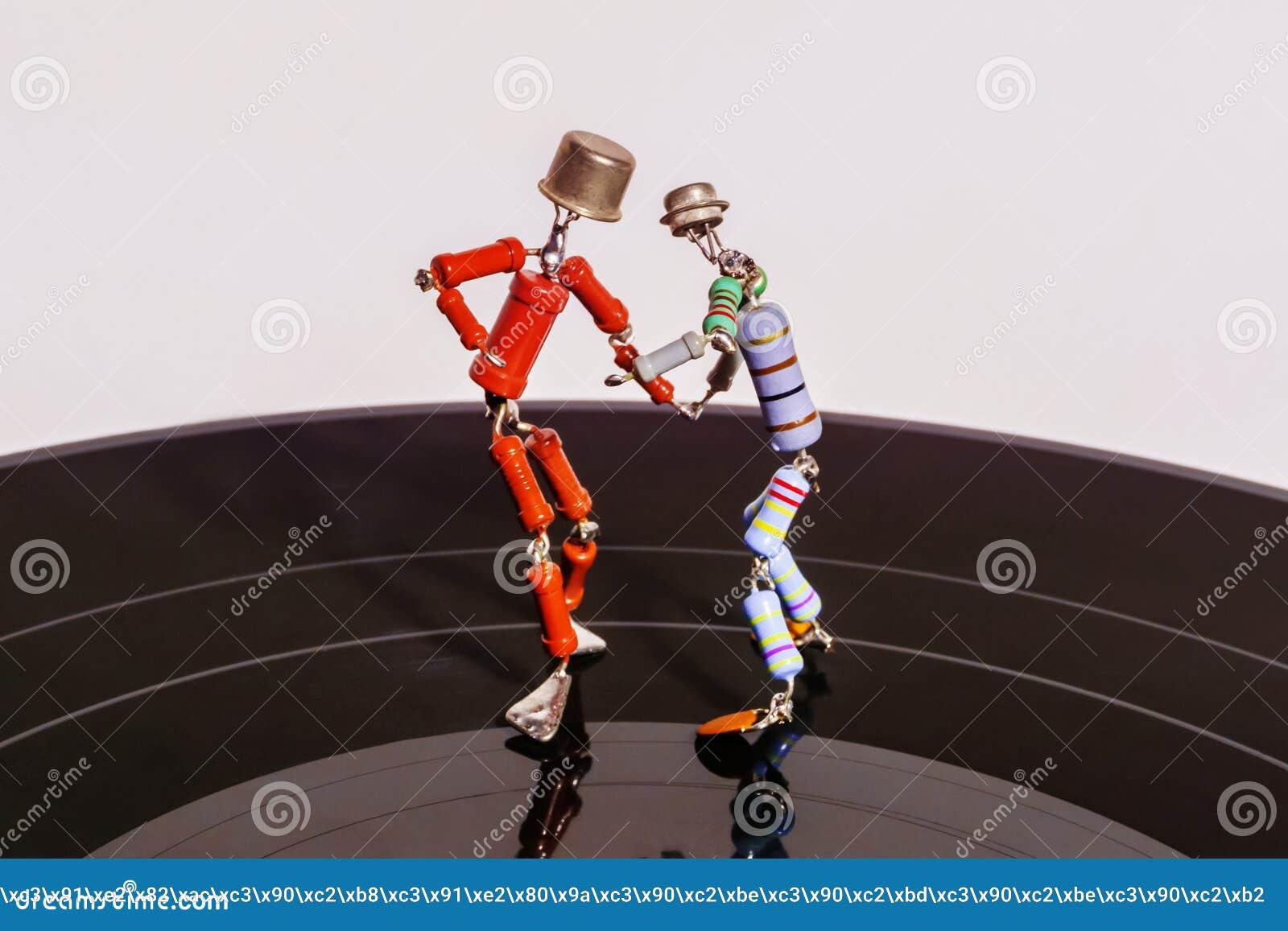 Permanent, Rusland - November 4, 2018: twee grappige kleine menselijke die cijfers, ruwweg van weerstanden en transistors, dans o