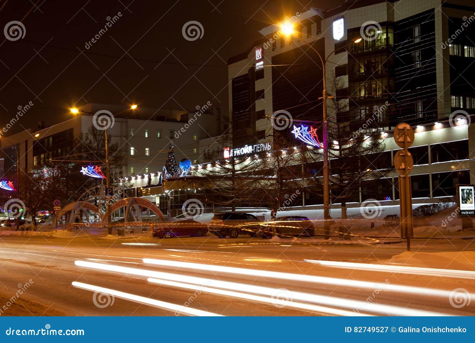 Permanent Ryssland - December 16 2016: Kontorsbyggnad Lukoil och trafik