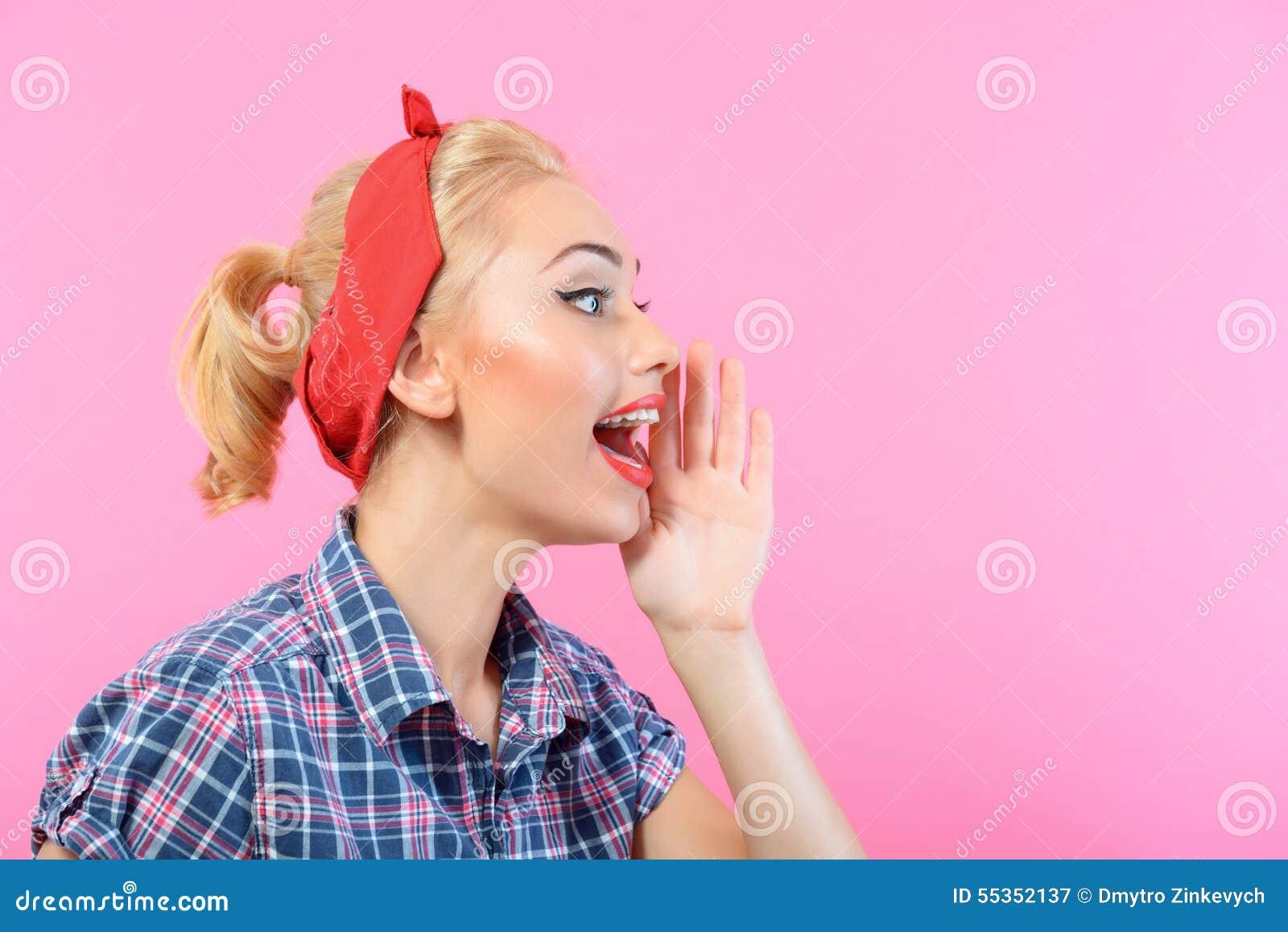 Perno hermoso encima de la muchacha aislada en rosa