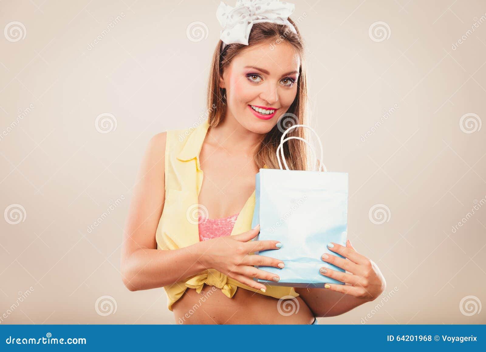Perno retro encima de compras de la muchacha