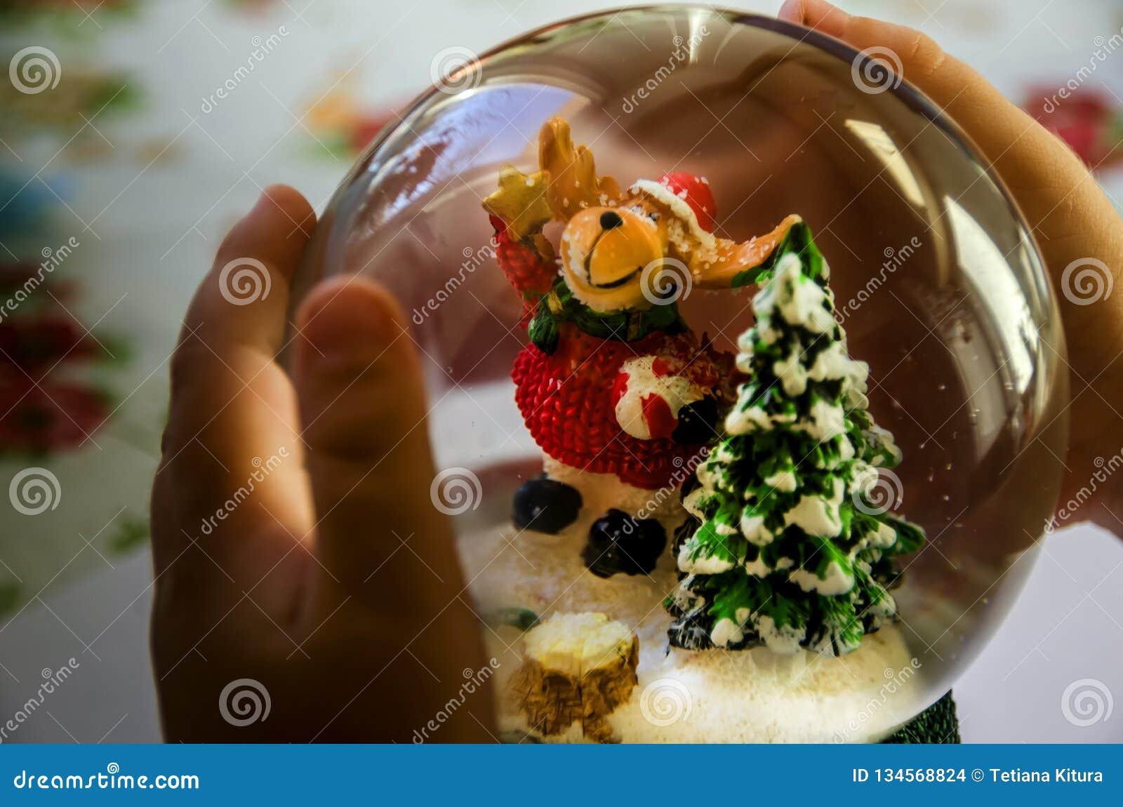 Perro bajo la forma de manos de Santa Claus, del árbol de navidad y del bebé