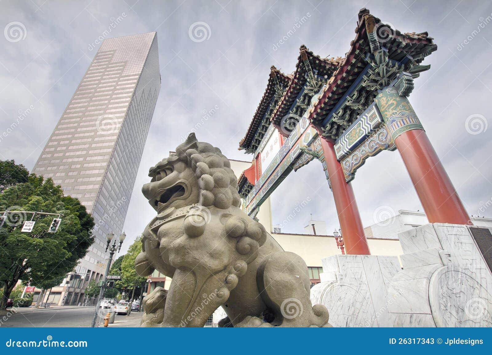 Perro chino de Foo en la entrada de la puerta de Chinatown
