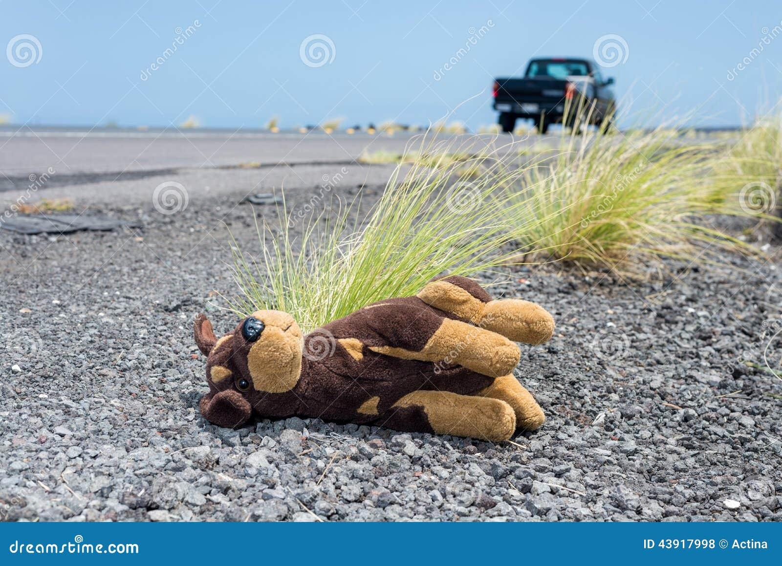 Perro de juguete de la felpa lanzado lejos