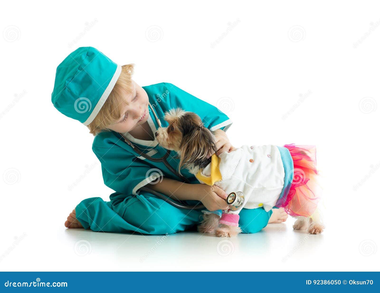 Perro de perrito de examen del niño pequeño, aislado en el fondo blanco