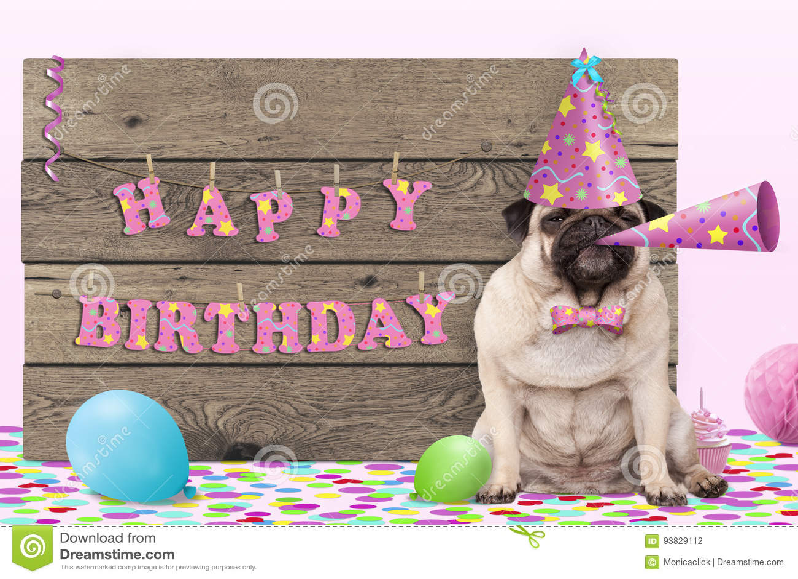 Perro de perrito lindo del barro amasado con el sombrero y el cuerno rosados del partido y muestra de madera con feliz cumpleaños