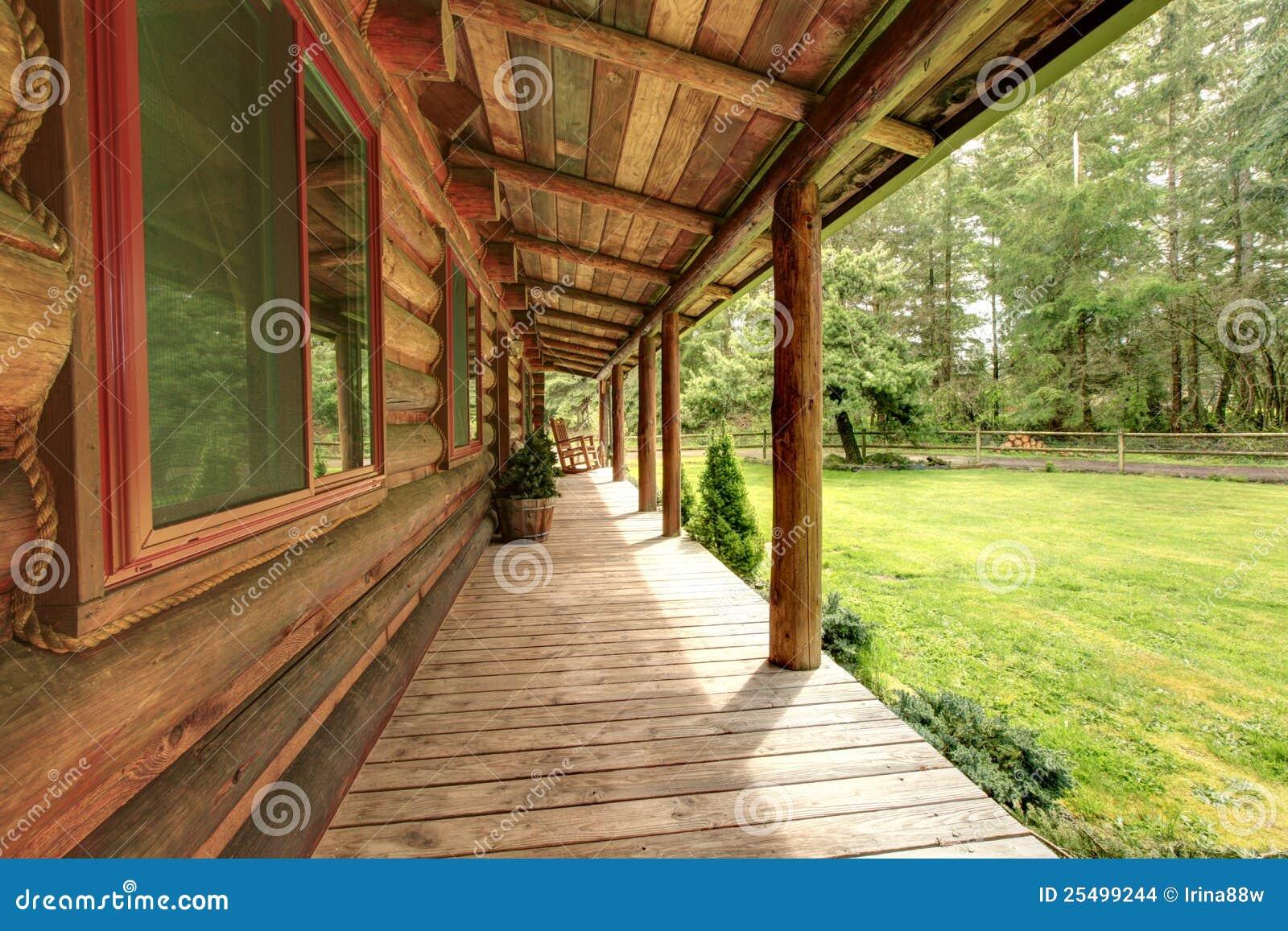 Perron de la vieille cabine de log rustique.