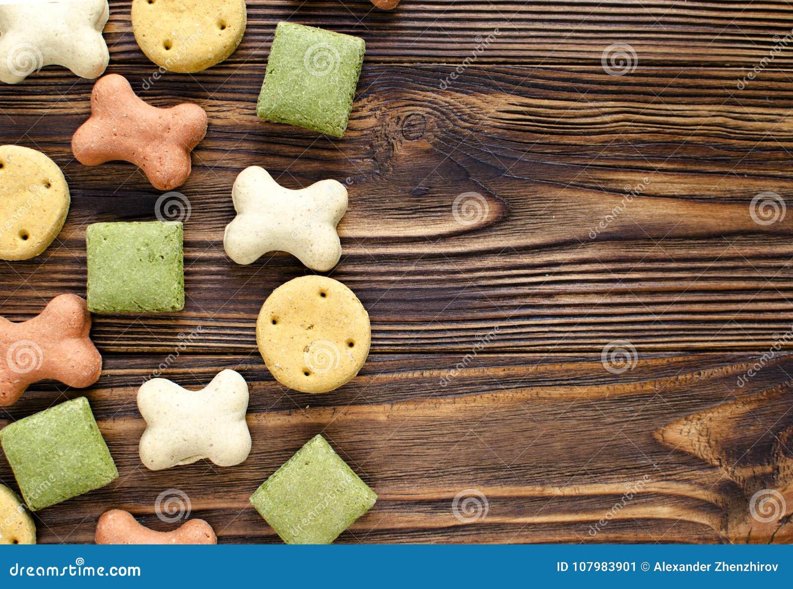 Persiga biscoitos coloridos saborosos no fundo de madeira com espaço da cópia