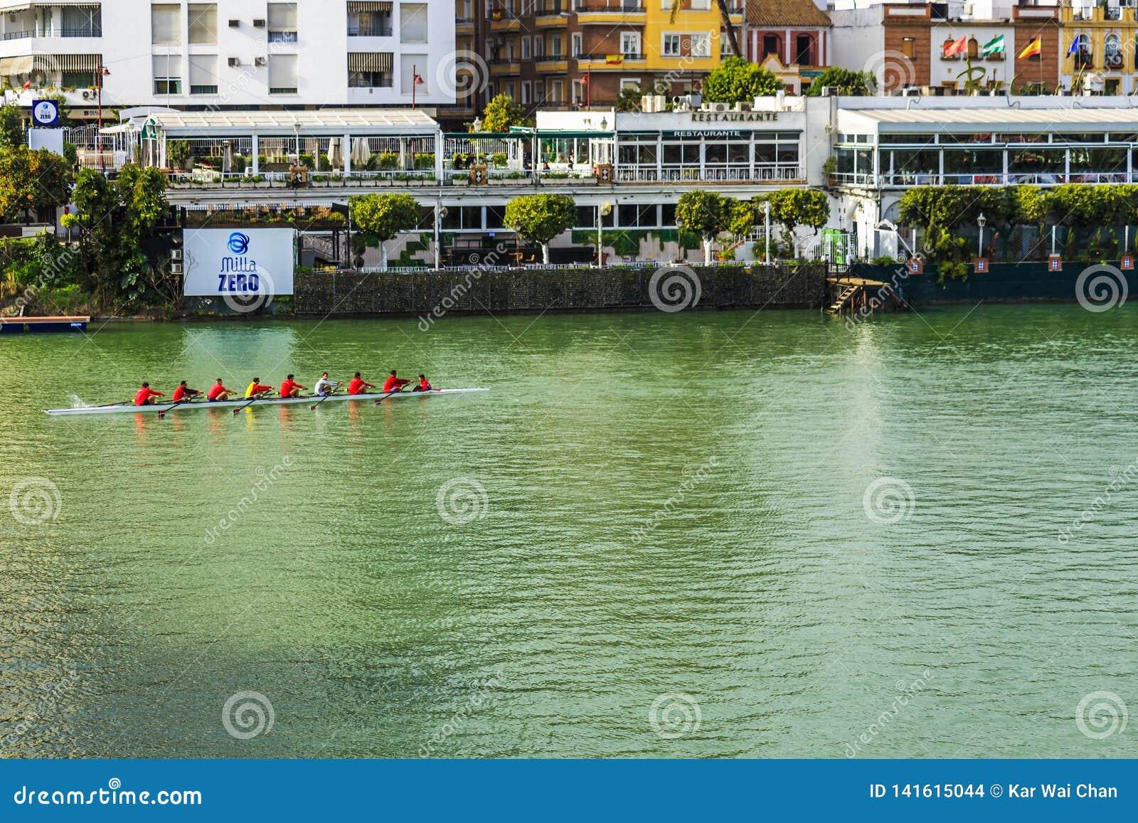 Person acht mit einem Steuermannsruderboot im Kanal Alfonsos XII