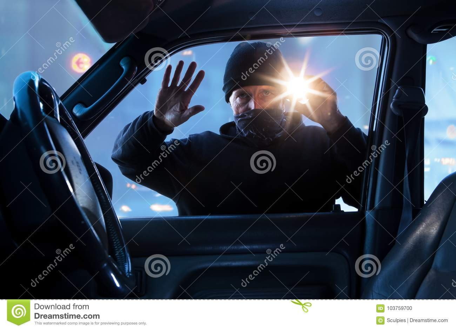 Person brottsling som bryter in i bilen i dag
