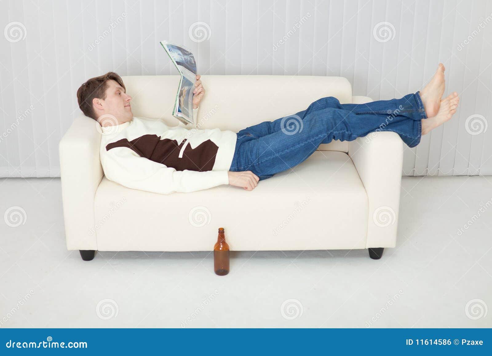 Фото мужик лежит на диване 20 фотография