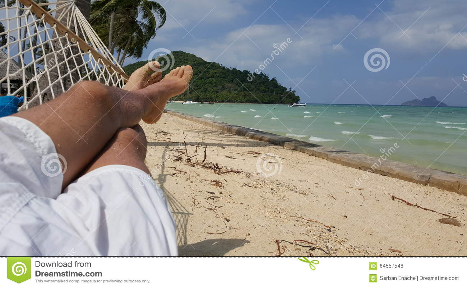 Person, die in einer Hängematte sich entspannt