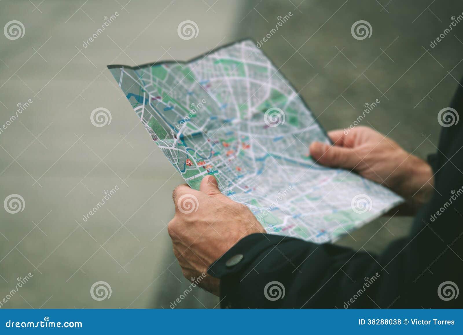 Person Looking un mapa
