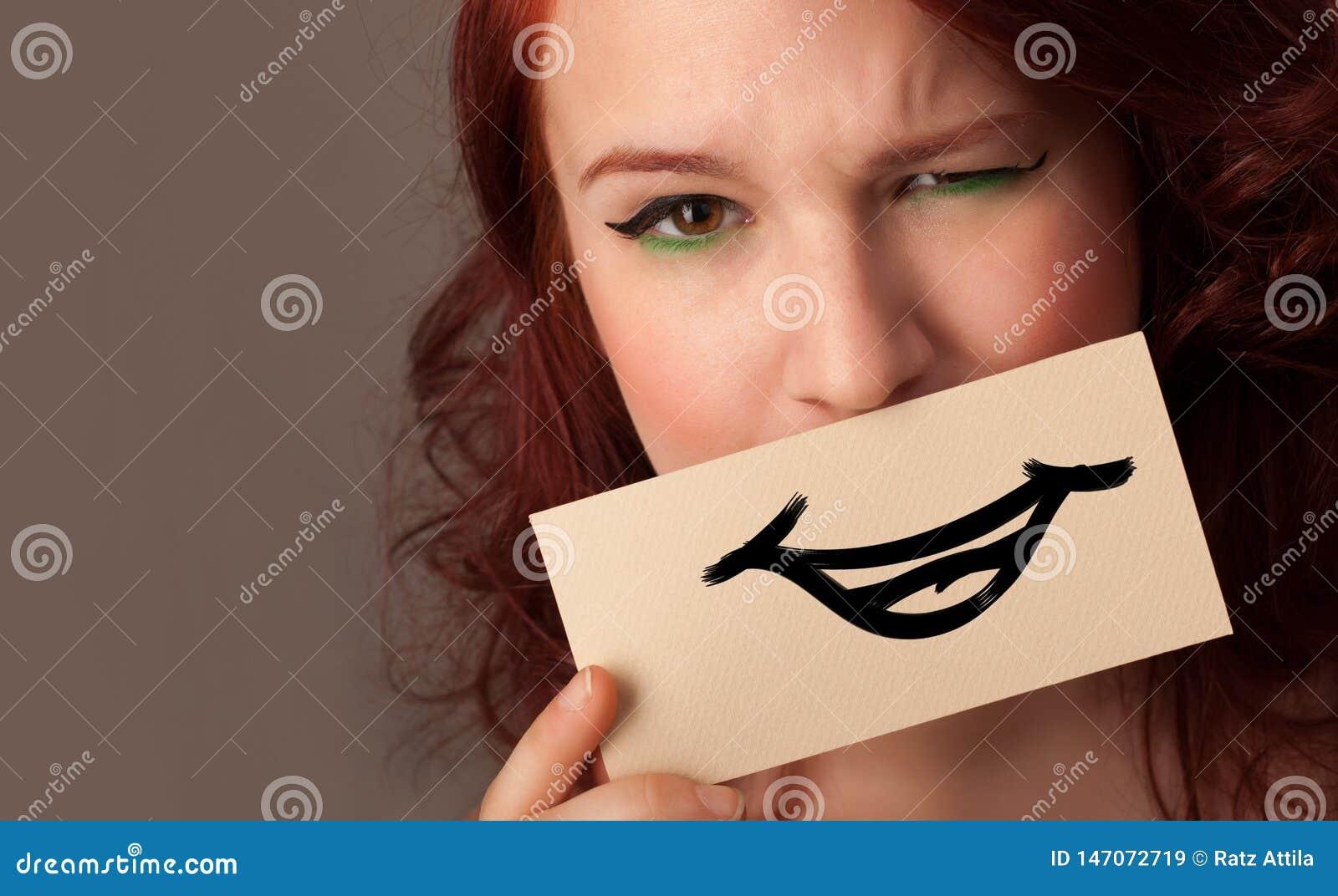 Person som framme rymmer av hennes mun ett kort
