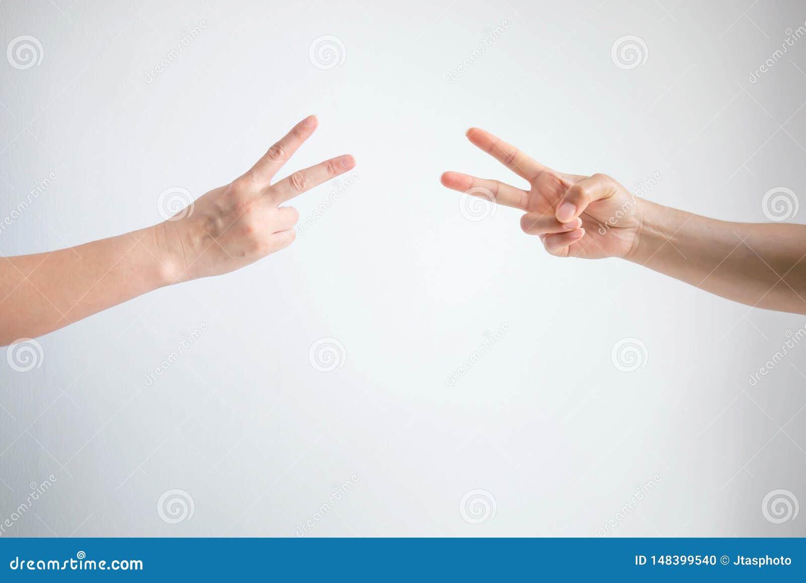 Person som två spelar för att vagga papperssax med symbol för båda göra sig till sax på vit bakgrund