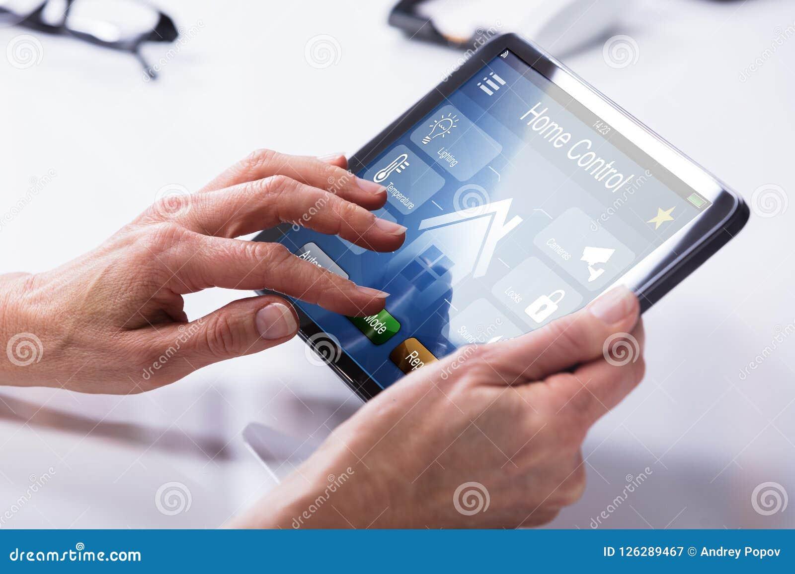 Person Using Home Control System på den Digital minnestavlan