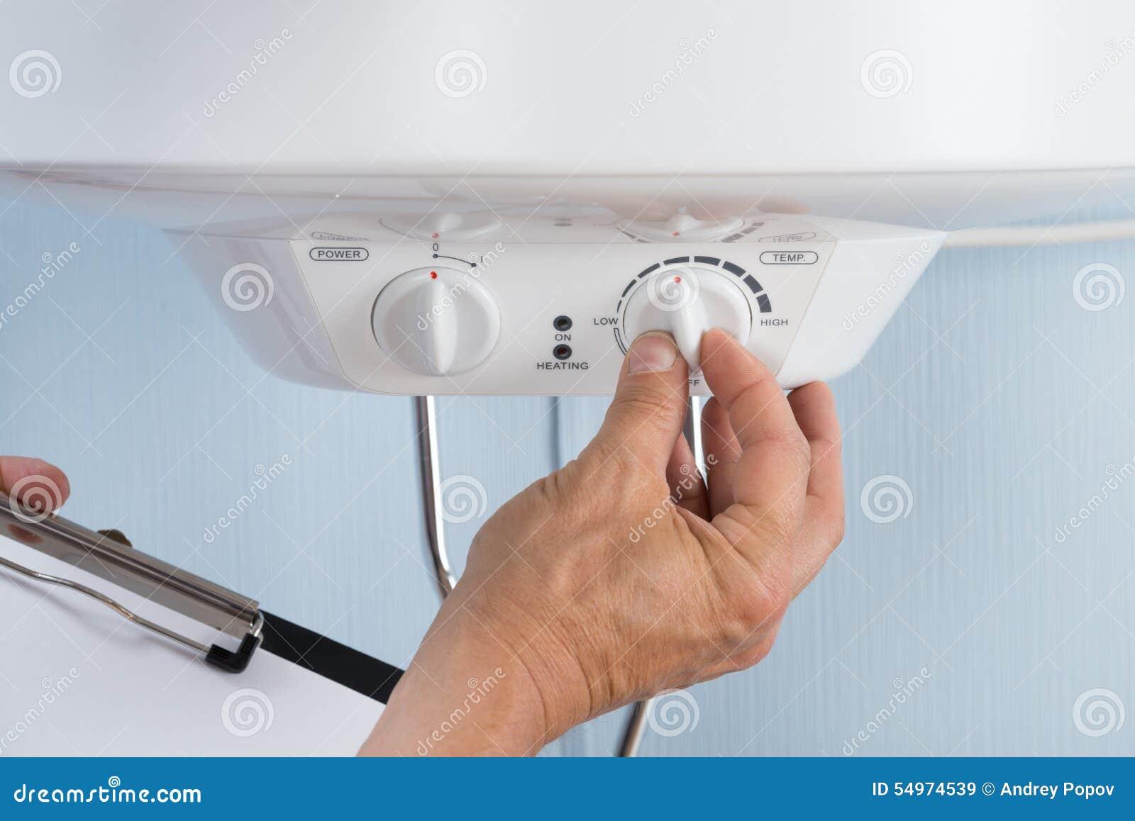 Persona Che Regola Temperatura Della Caldaia Elettrica Fotografia Stock - Immagine: 54974539