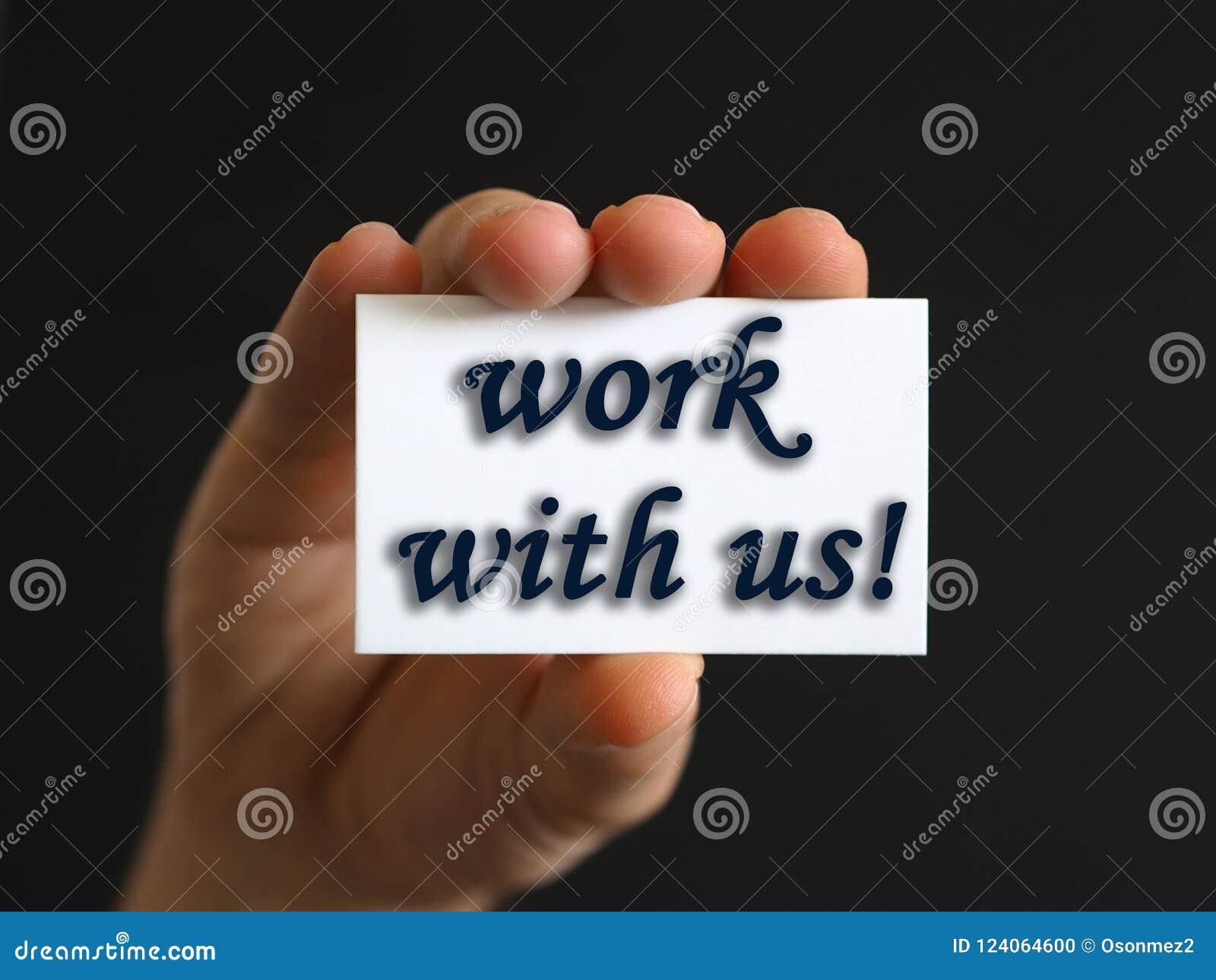 Persona con un trabajo con nosotros tarjeta a disposición o papel de nota