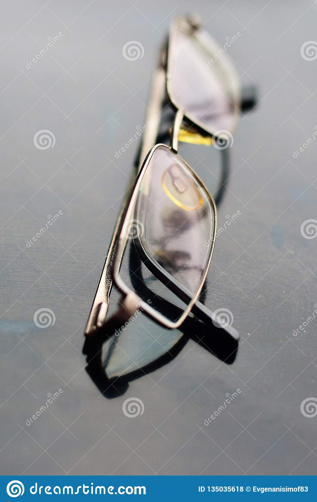 Persona del negocio de los vidrios