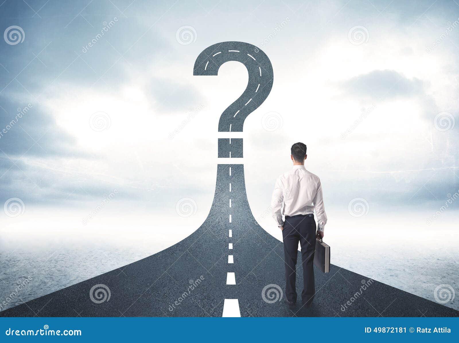 Persona del negocio lokking en el camino con la muestra del signo de interrogación