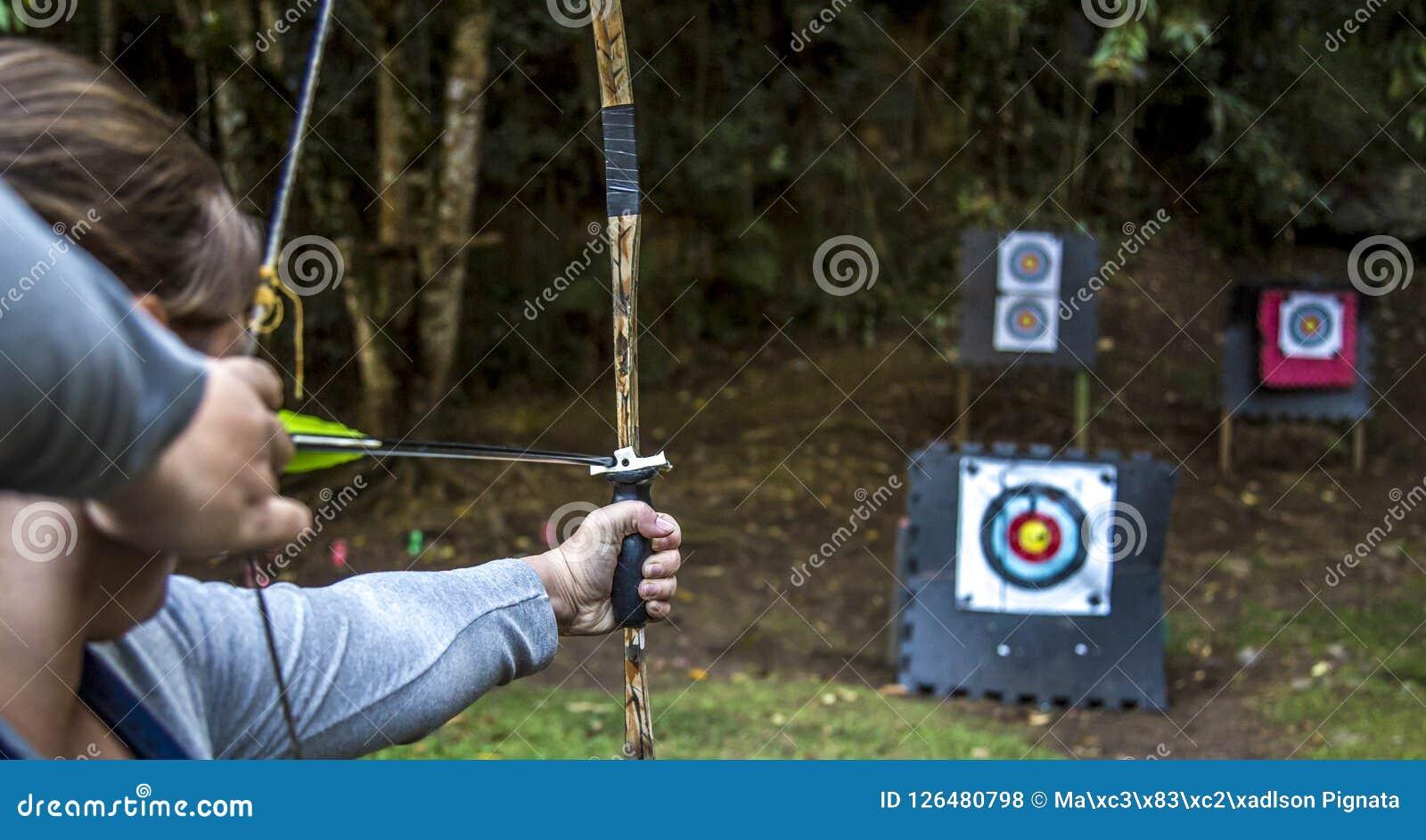 Persona del tiratore dell arco dell obiettivo