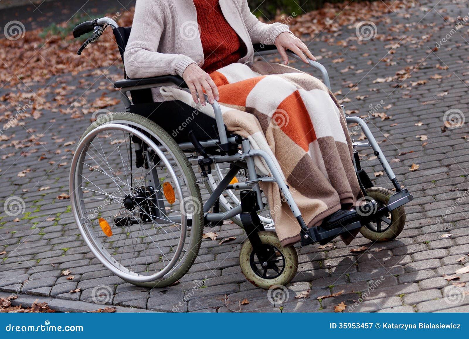 Persona en la silla de ruedas