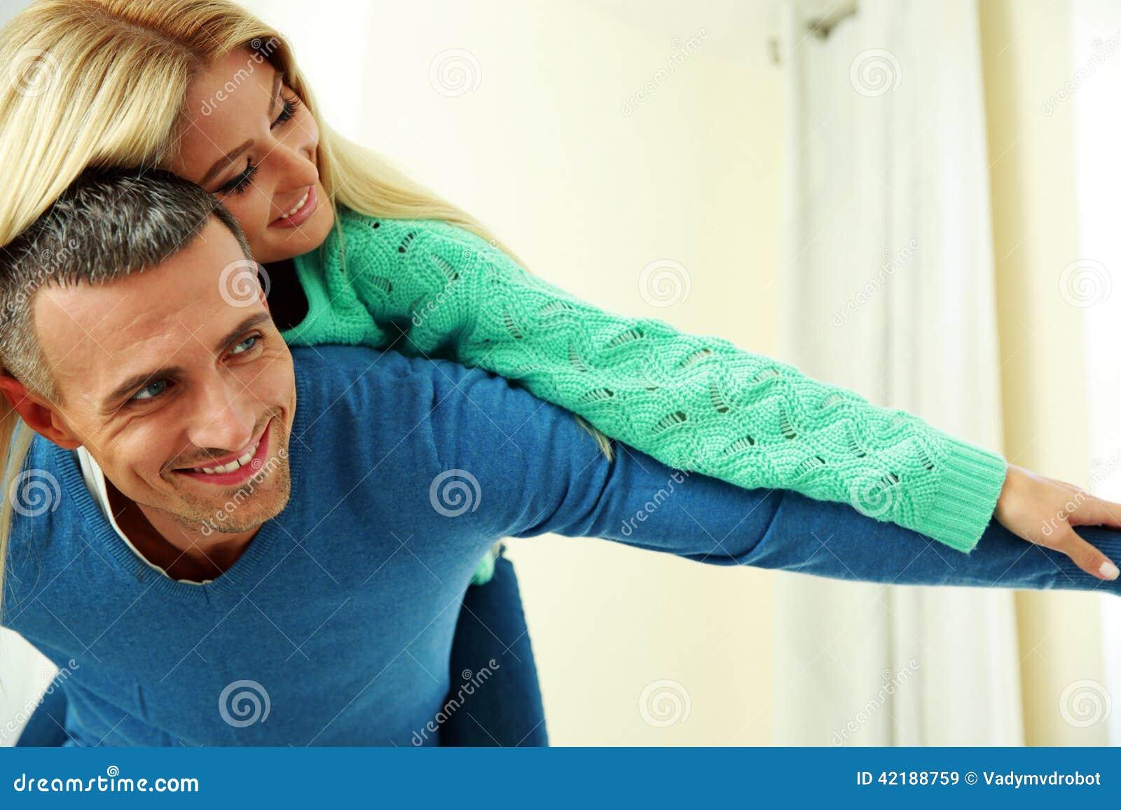 Persona felice con le mani sollevate verso l alto