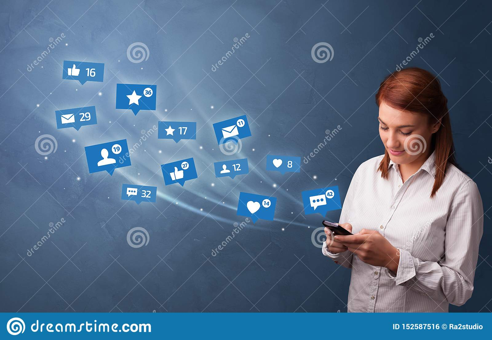 Persona joven usando el tel?fono con concepto social de los medios