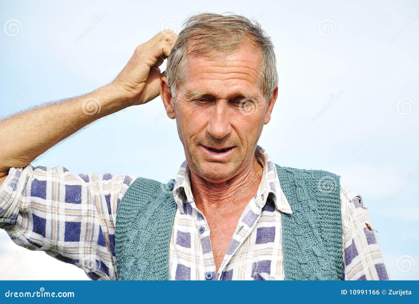 Persona masculina envejecida media con gestos interesantes