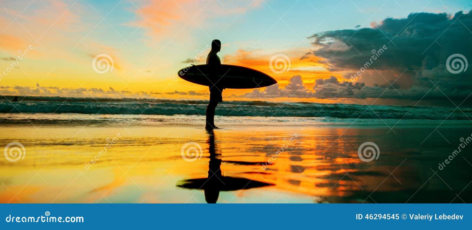 Persona que practica surf con el tablero