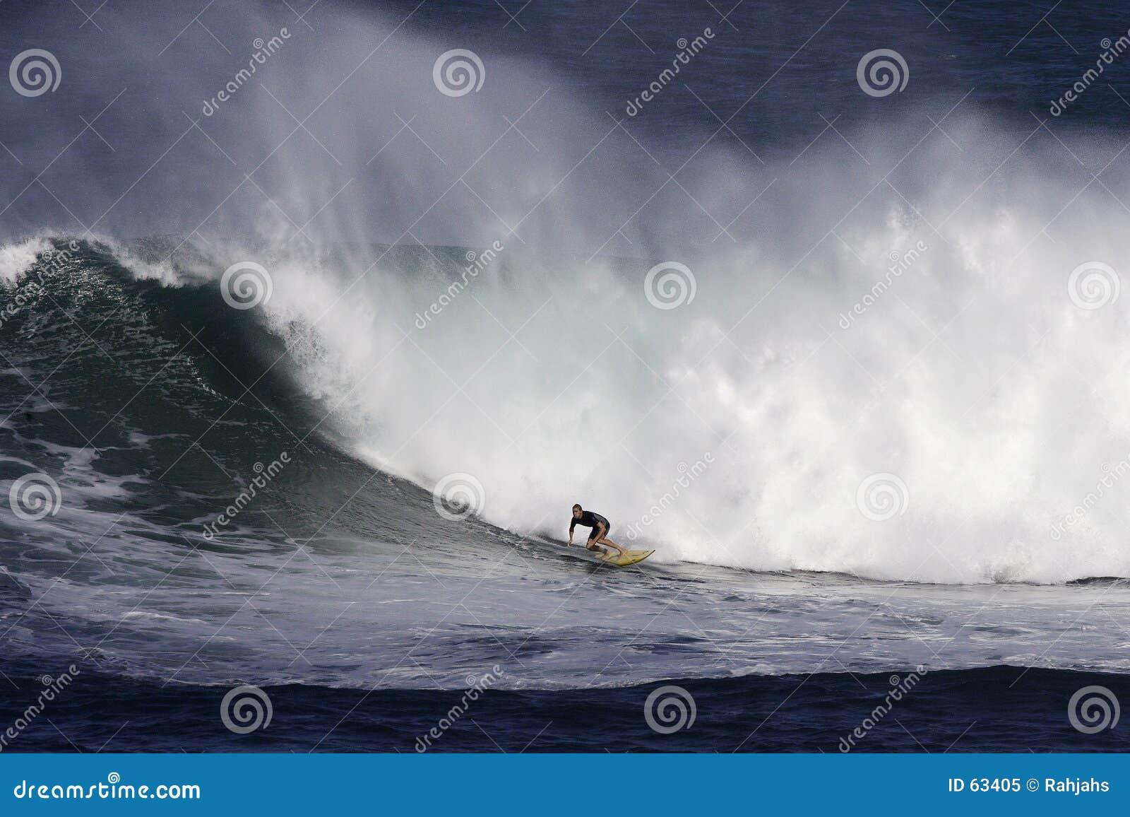 Persona que practica surf de la bahía de Waimea