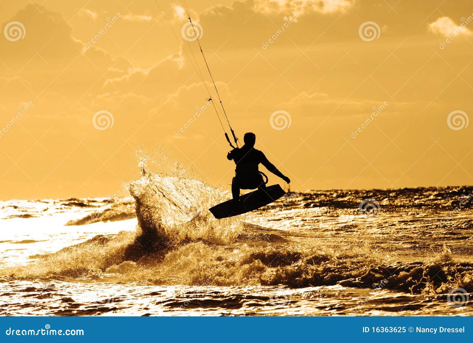 Persona que practica surf de la cometa en la acción