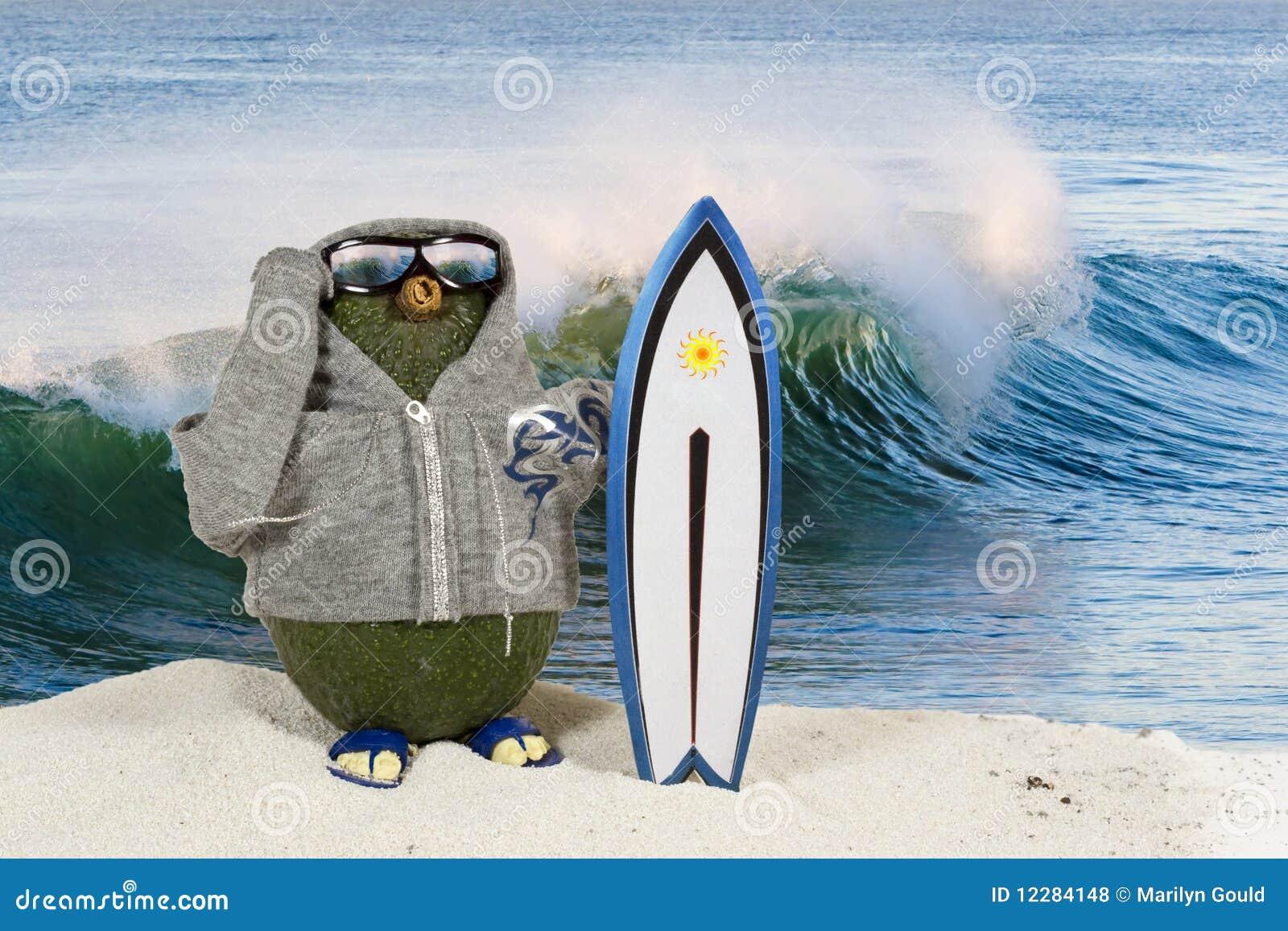 Persona que practica surf del aguacate