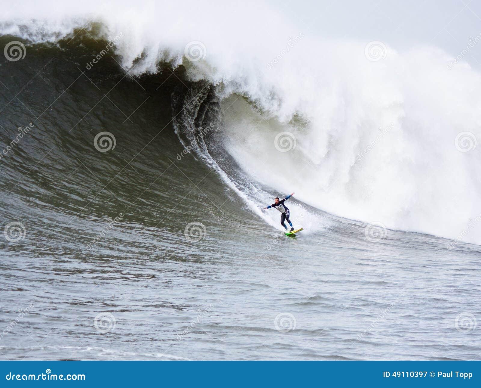 Persona que practica surf grande Anthony Tashnick Surfing Mavericks California de la onda