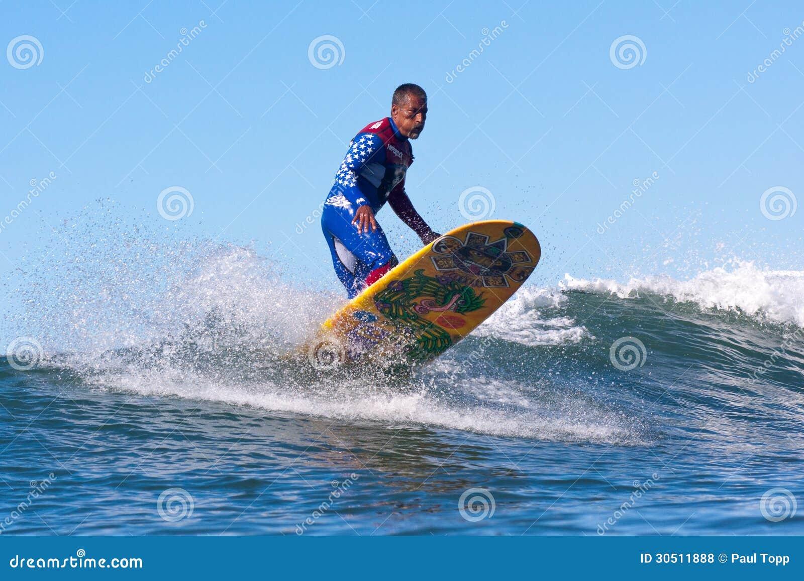Persona que practica surf Marciano Cruz Surfing en California