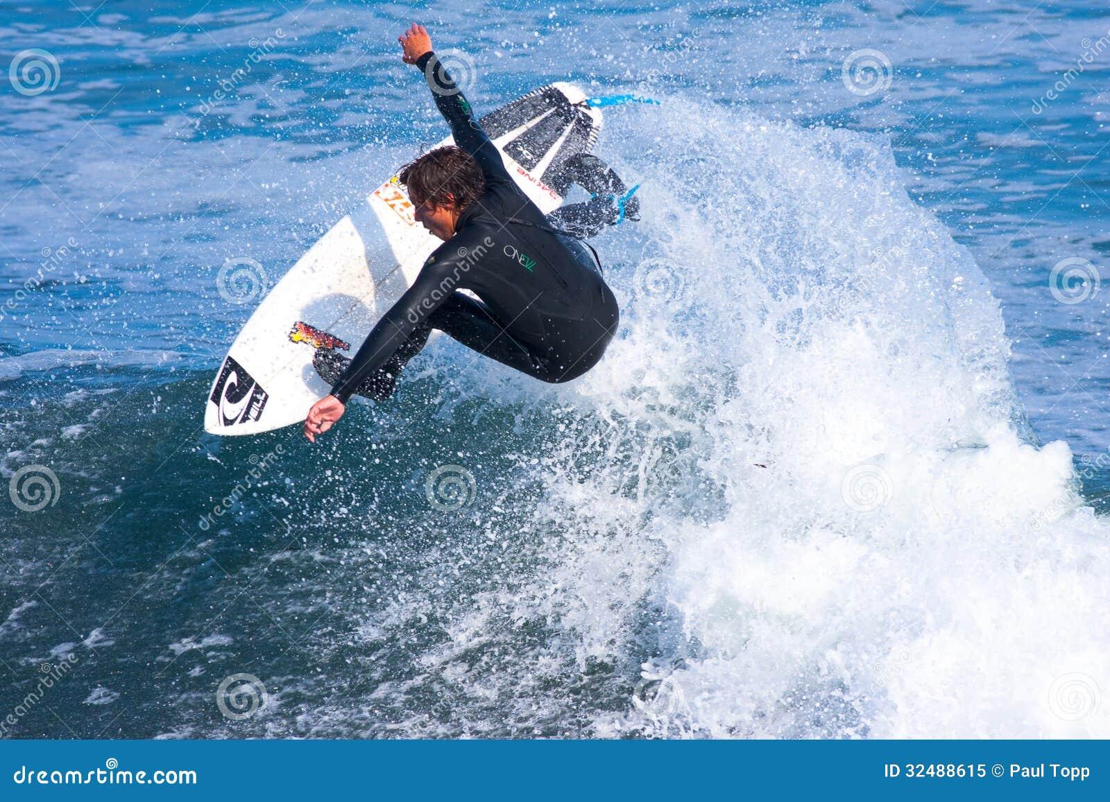Persona que practica surf profesional Wyatt Barrabee Surfing California