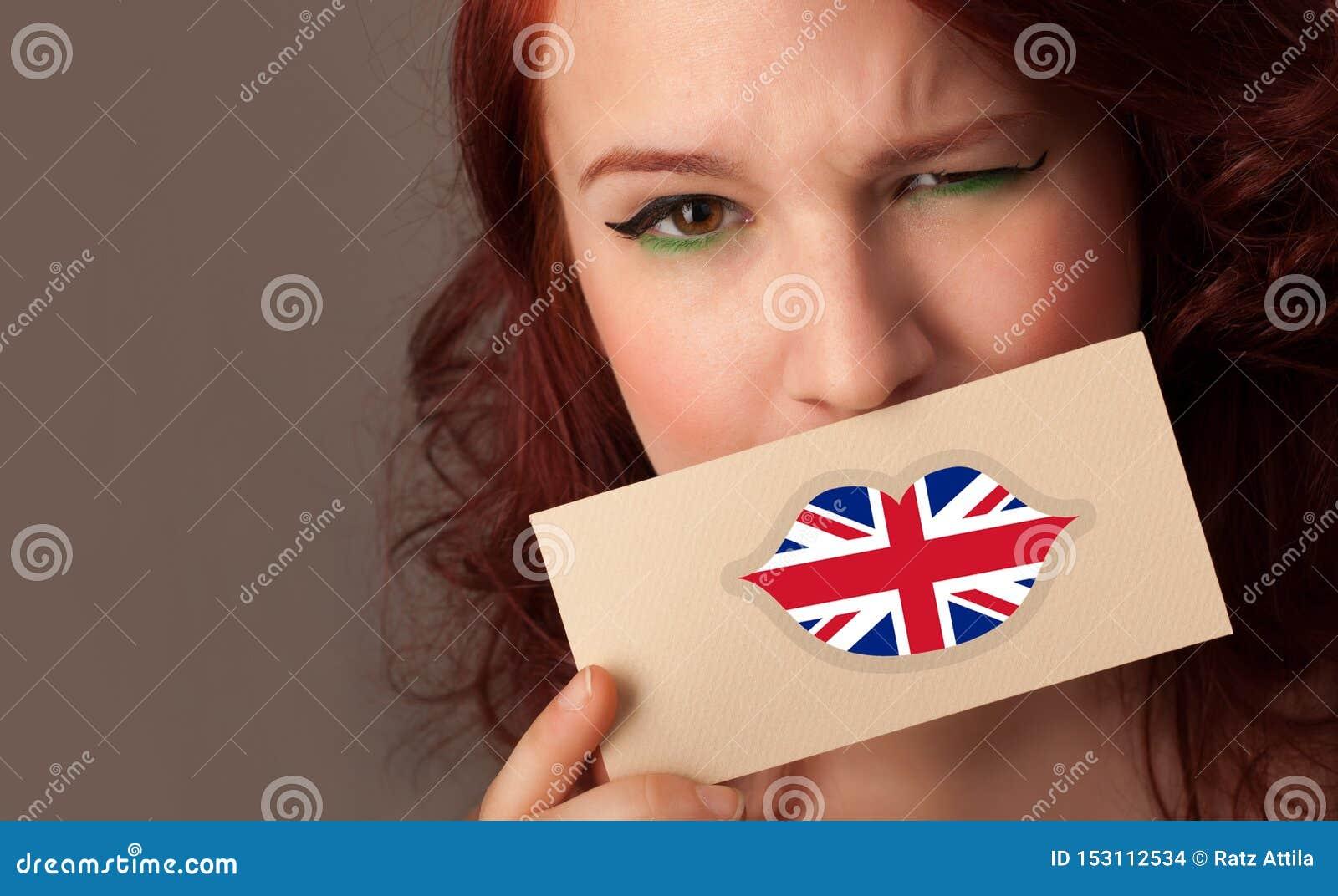 Persona que sostiene la tarjeta de la bandera de Reino Unido