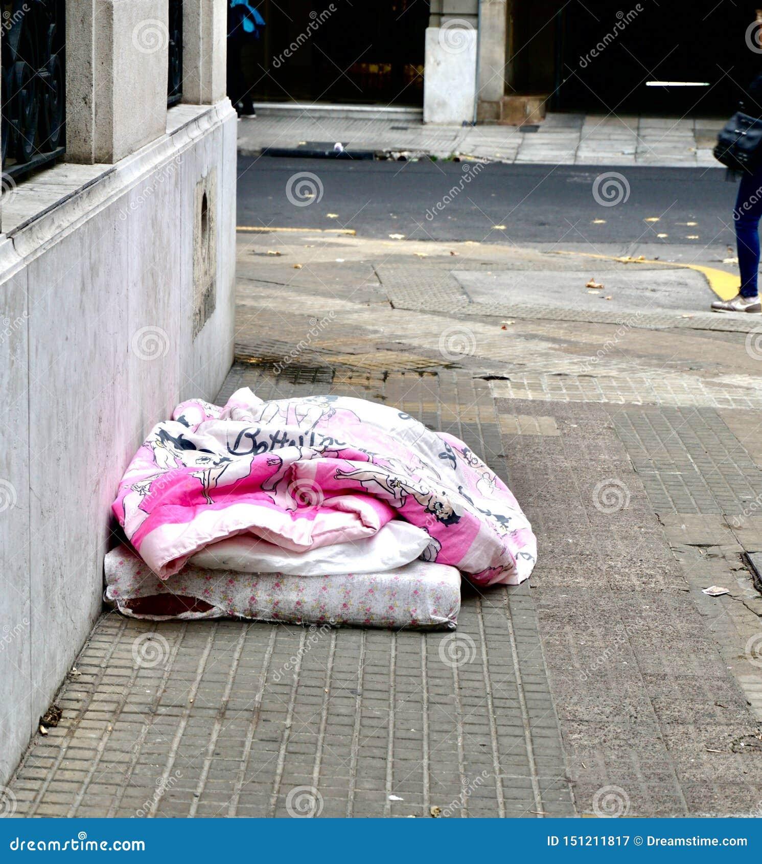 Persona sin hogar bajo cubierta rosada infantil