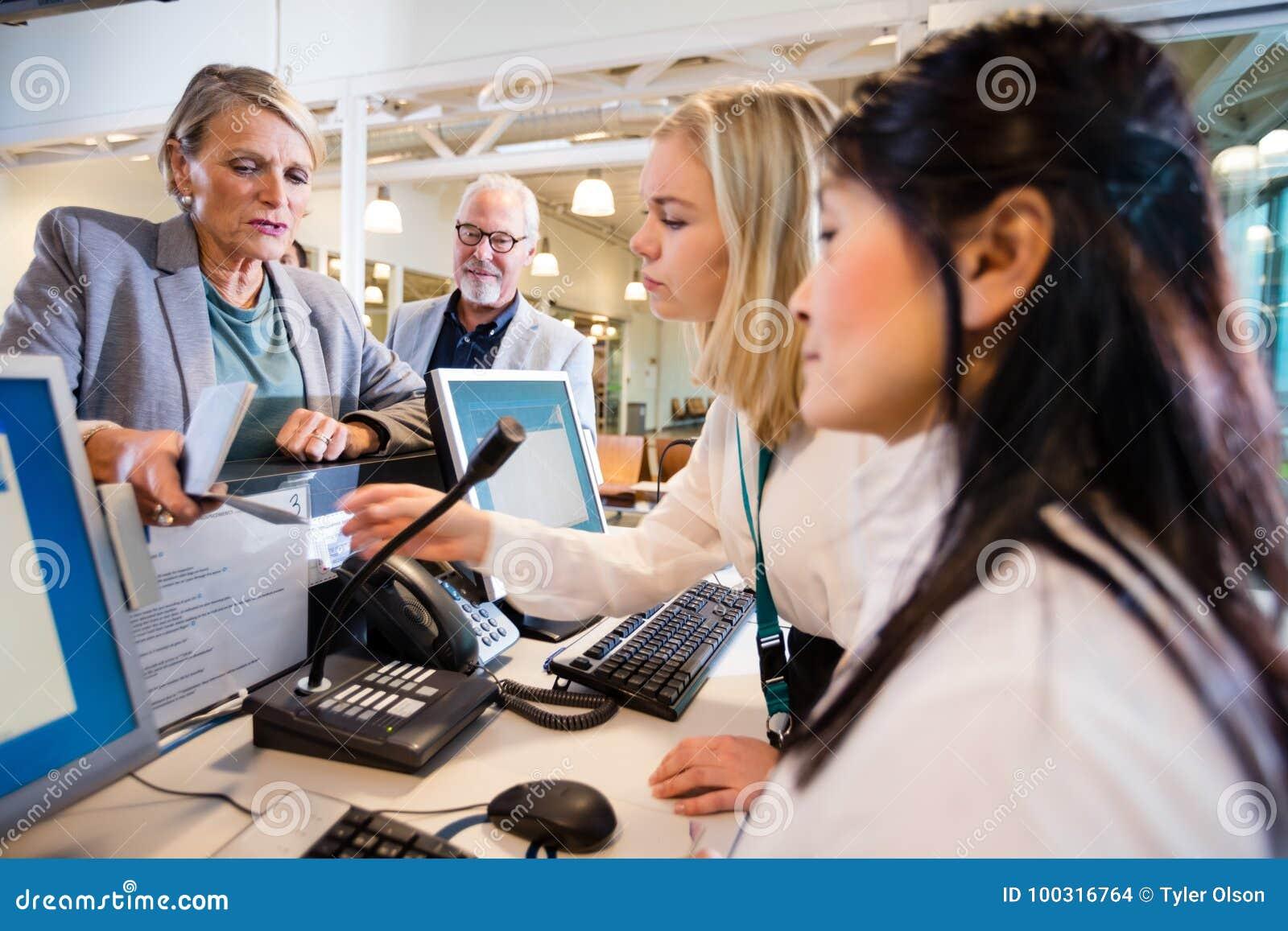 Personal de Giving Passport To de la empresaria en el escritorio en aeropuerto