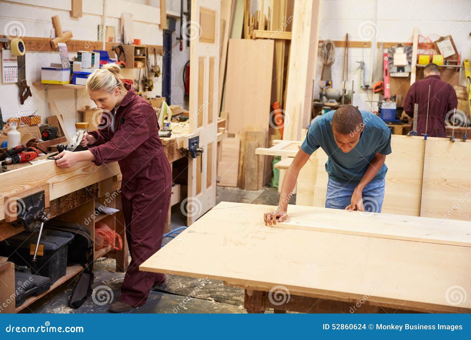 Personal que trabaja en taller ocupado de la carpinter a - Carpinterias de madera en madrid ...