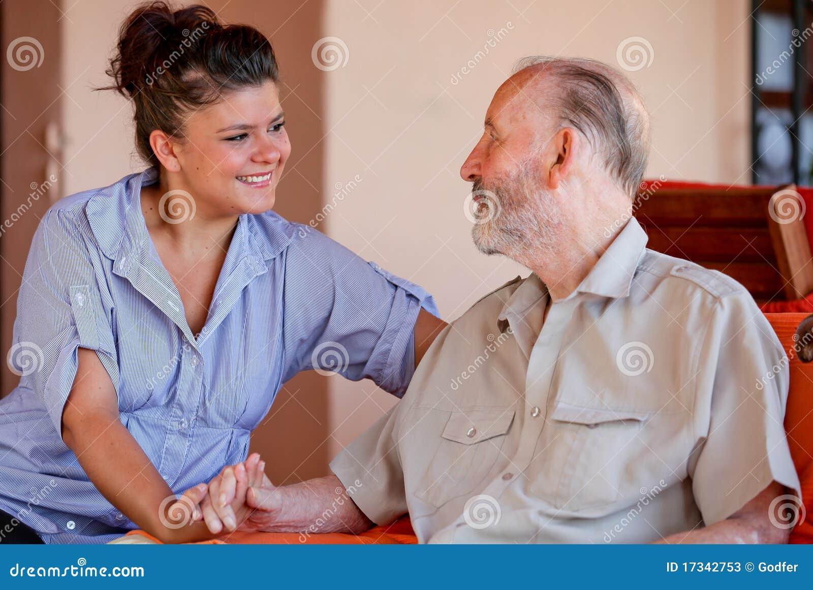 Personale che dispensa le cure maggiore o infermiera